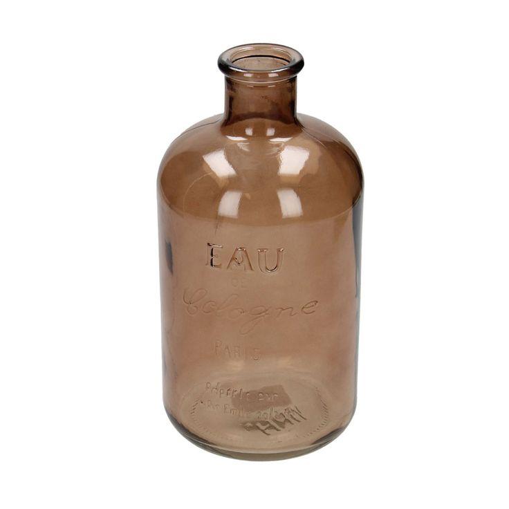 Haal de oude apothekers-sfeer in huis met deze klassieke fles! Hij past helemaal binnen de brocante trend. In het glas staat de tekst 'Eau de Cologne Paris'. De fles is leuk om te gebruiken als vaas voor een mooie bloem, maar hij staat ook heel mooi op zichzelf als decoratie. Gebruik uw eigen creativiteit en voeg bijvoorbeeld een kanten lint rond de hals van de fles toe om de fles te personaliseren. De fles is van doorzichtig bruin glas gemaakt.Afmeting:  12 x 24 cm - Fles Glas 'Eau De…