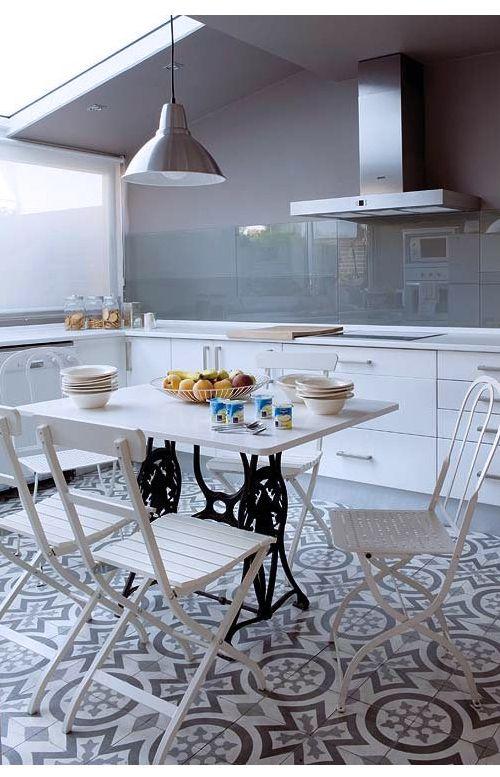 Suelos hidráulicos en una cocina de tintes modernos.