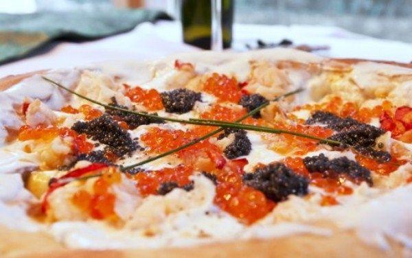 Пицца «Luis XIII» стоит 8300 евро Самую дорогую в мире пиццу «Luis XIII» («Людовик XIII») предлагает молодой итальянский повар Ренато Виола из города Агрополи. Стоит она 8 300 ев...