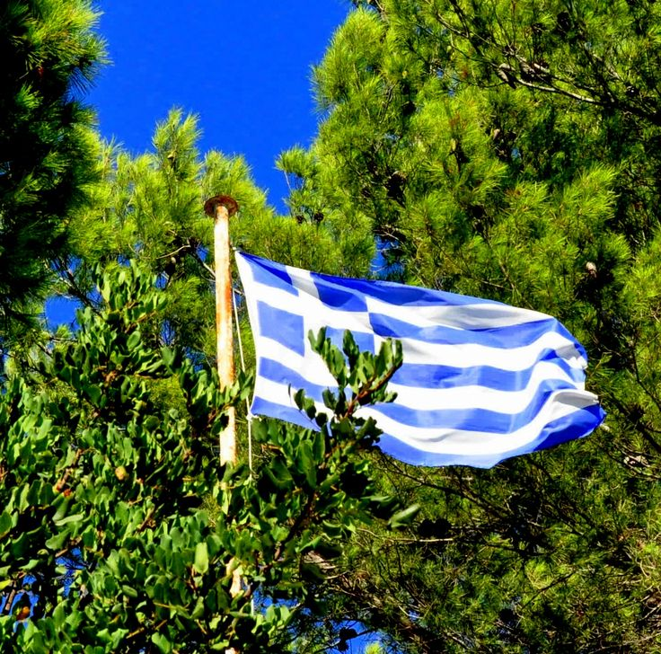 Eλληνική σημαία κυματίζει στο Ποντικονήσι της Κέρκυρας  - greek flag
