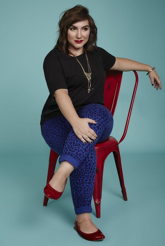 Precisando de roupas para trabalhar plus size? Experimente a combinação chique e elegante de preto com azul. Saiba como montar o look.