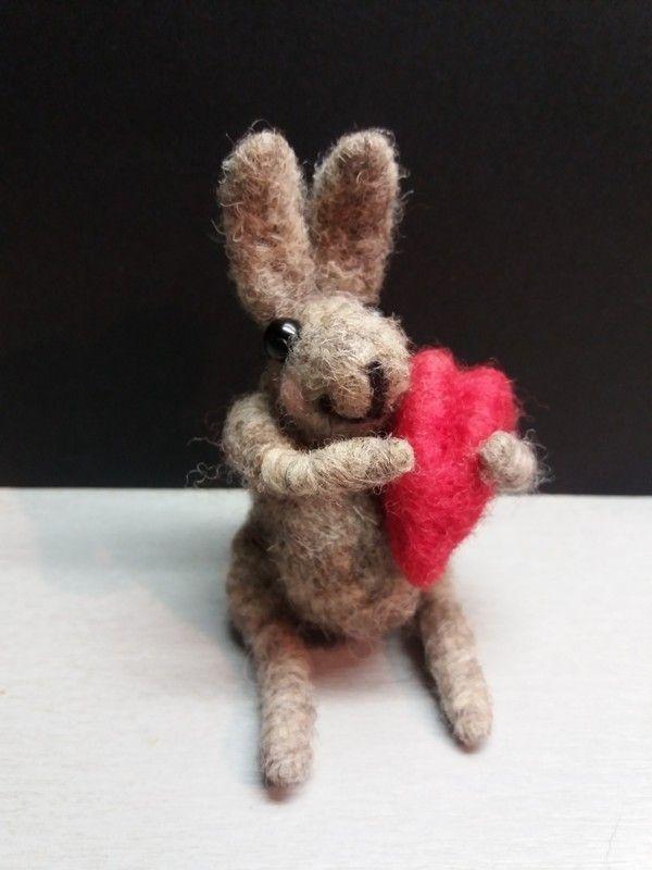 Valentýnský+králíček+se+srdíčkem+Králíček+je+uplstěn+z+přírodní+šedivé+vlny,+nožičky+i+ručičky+králíčka+jsou+protknuty+drátkem+dají+se+všelijak+ohýbat.+Očička+má+z+malinkých+černých+korálků.+V+ruce+drží+červené+srdíčko.+Králíček+je+krásným+dárkem+z+lásky,+k+Valentýnu,+k+narozeninám,+svátkům,+nebo+jen+tak+pro+radost.+Velikost+králíčka+je+8+cm....