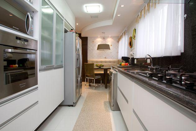 Armários e eletrodomésticos são distribuídos nas duas paredes paralelas do ambiente, layout que deixa um corredor central de passagem e circulação.<br><br>Sugere-se que o fogão e a pia fiquem de um lado e a geladeira de outro. Entretanto, não é recomendado que a geladeira fique exatamente em frente ao fogão, pois, se esse corredor formado não for muito largo, pode-se esbarrar no fogão ao abrir a porta da geladeira, e vice-versa.