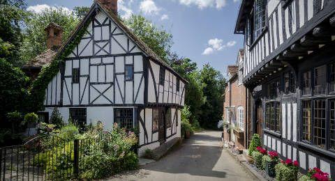 Het dorpje Chilham in Kent - Zuidoost Engeland. Chilham is een dorpje in het zuidoosten van Engeland, gesitueerd op slechts een half uur rijden van Dover. Het heeft oa. fraaie houten vakwerkhuizen, een herberg en een kasteel met tuin dat overigens maar op bepaalde dagen gedurende het seizoen te bezoeken is. Het dorpje ligt in de landelijke natuur van de heuvelachtige Kent Downs en ook behoorlijk vlakbij het historische Canterbury en verschillende andere attracties in de vorm van kastelen…