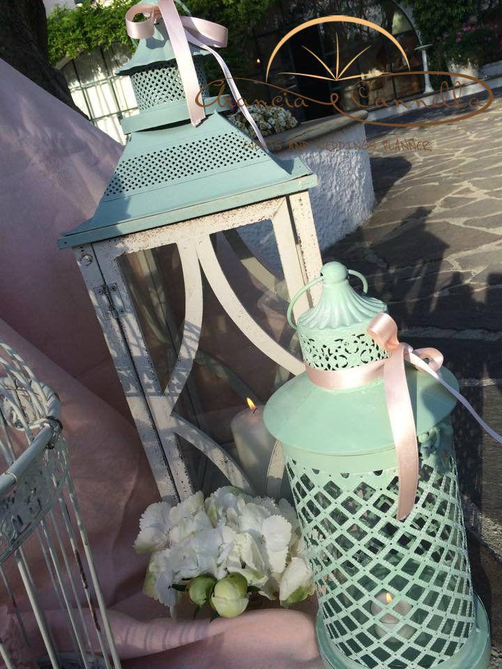 Il tema del viaggio in un allestimento fiabesco! Lanterne, candele e fiori...