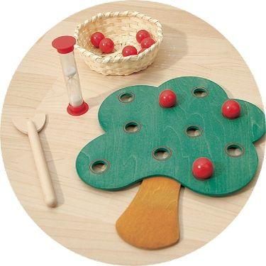 Pomela- gezelschapsspel Pomela is een behendigheidsspel voor kleuters. Ze proberen met behulp van een houten fruitplukker zo veel mogelijk appels van de appelboom te plukken en in het mandje verzamelen. Dit moet binnen de tijd van de zandloper. Zo proberen ze het tegen elkaar op te nemen. Pomela is een erg spannend spel voor kleuters om de hand oog coördinatie mee te oefenen.