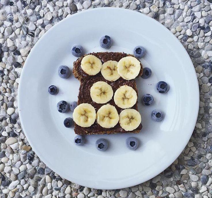 Fetta di pane proteico 🍞, 1 cucchiaino di Nocciolata Vegan Asiago 🍫, banana a rondelle 🍌 e mirtilli.