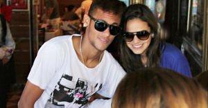 Neymar não passará o Dia dos Namorados com Bruna Marquezine. Saiba o motivo - Por causa da Copa das Confederações, Neymar e Bruna Marquezine não poderão passar o Dia dos Namorados juntos. Mas, mesmo de longe, o jogador prometeu mandar um beijo para a namorada