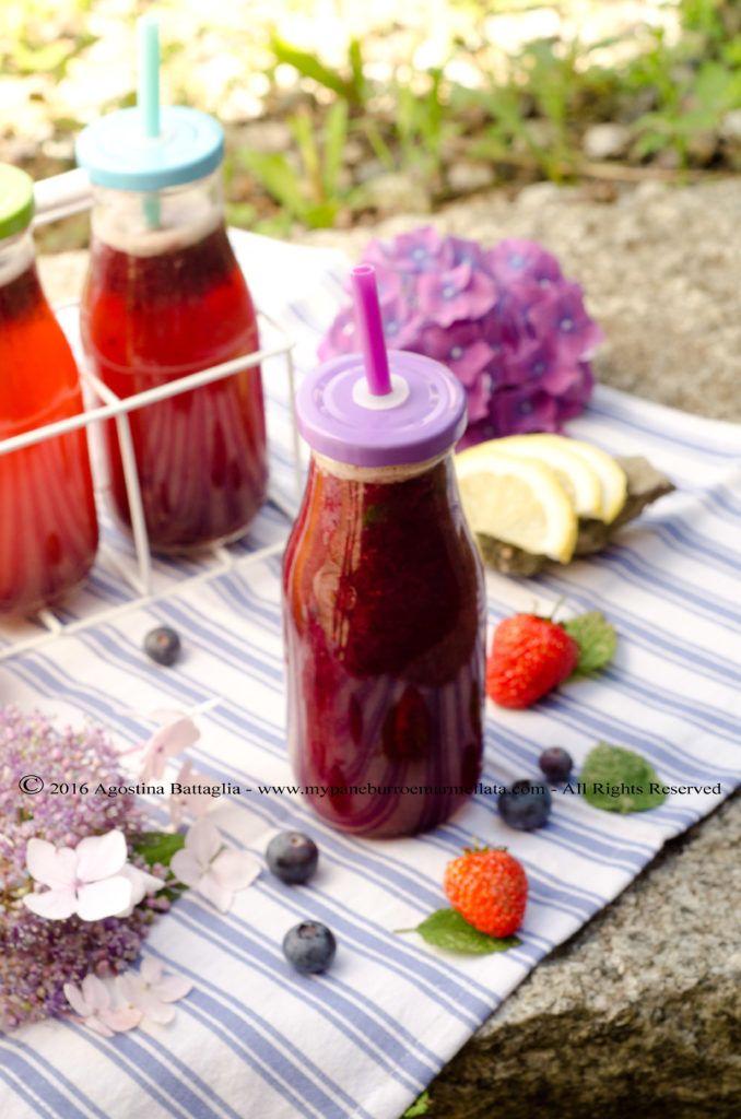 Blueberry, strawberry and lemon balm lemonade | http://www.mypaneburroemarmellata.com/2016/06/limonata-ai-mirtilli-fragole-e-melissa.html