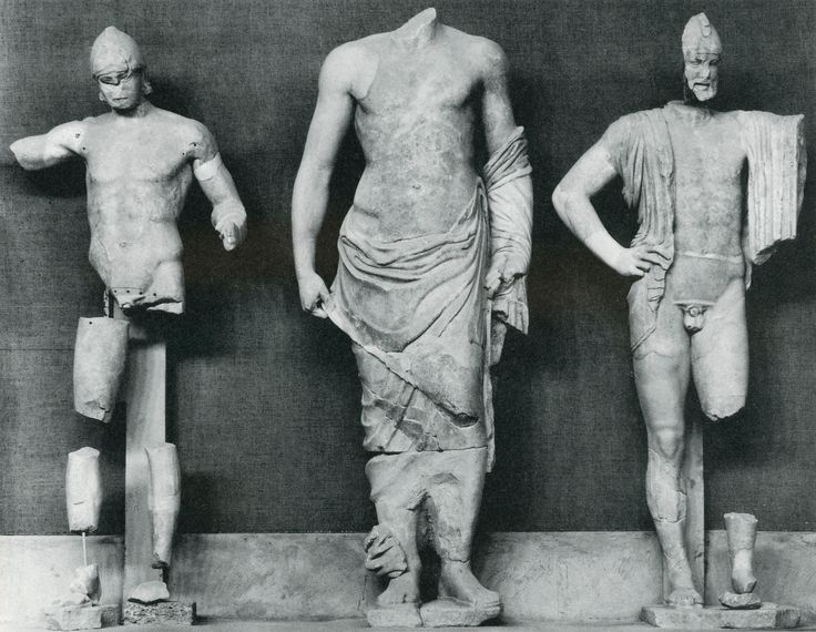 Pelops, Zeus en Oinomaos ~ Middelste groep van de oostelijke gevel van de Tempel van Zeus in Olympia ~ ca. 470 vC. ~ Marmer ~ Archeologisch Museum, Olympia
