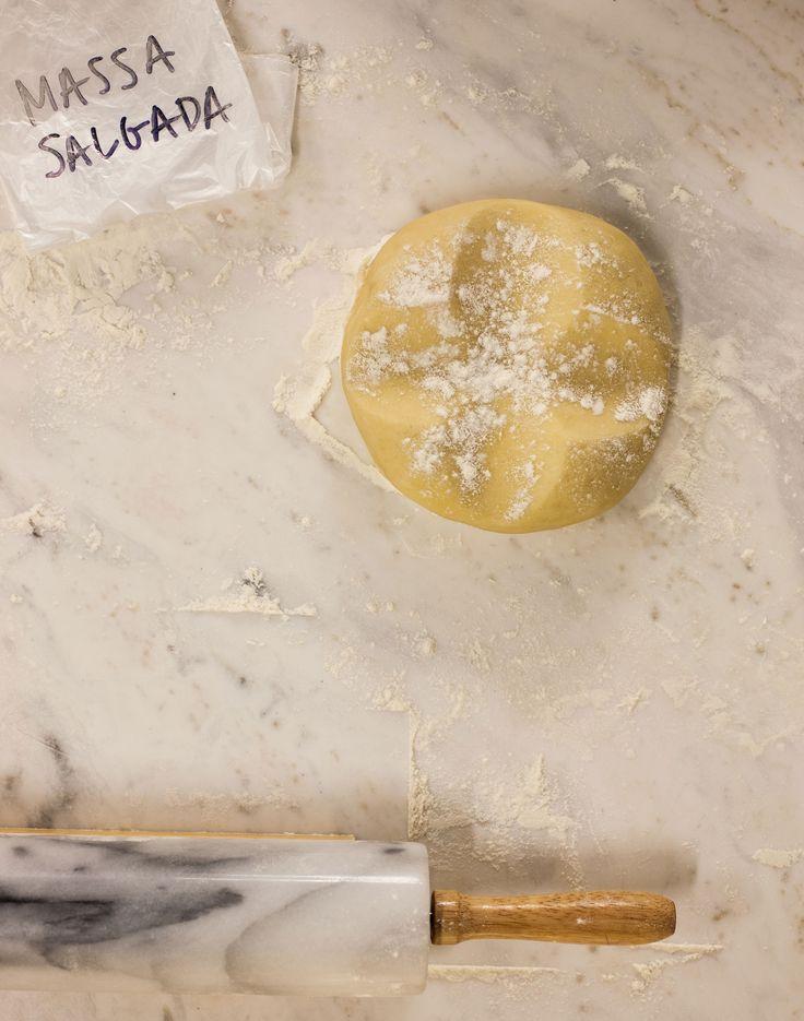 Massa para torta salgada | #ReceitaPanelinha: Sob medida para quem não tem muita intimidade com tortas. Ela é elástica, ou seja, abre fácil, sem rachar. E vai ao forno já montada, com recheio, nem precisa pré-assar.