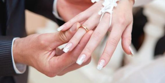 Inilah Alasan Mengapa Cincin Pernikahan ditaruh di Jari Manis | Wow Kece Badai !