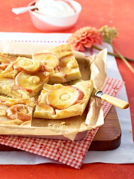 Ein Blech voller Kuchenglück: Der einfache Apfelkuchen wird vor dem Servieren mit Karamell überzogen. Dazu schmeckt geschlagene Sahne.