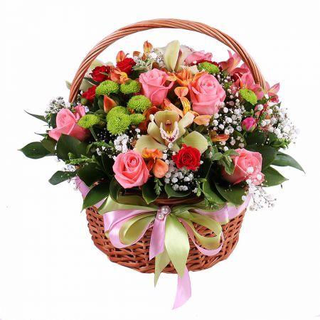 Изысканный разноцветный букет в корзинке – лучший подарок, который точно подойдет для любого мероприятия. Нежные волны лепестков в обрамлении утонченного плетения и декора – идеальное цветочное поздравление для мамы на юбилей, для сестры на День Рождения, для любимой жены или девушки на годовщину отношений.
