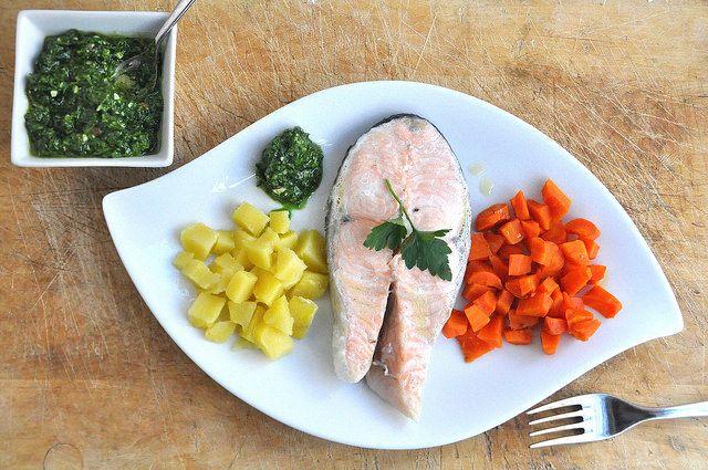 Il salmone e patate Varoma Bimby è ideale per un pasto leggero e salutare. Lo preferisco rispetto al forno o alla padella perchè non devo fare niente ;-)