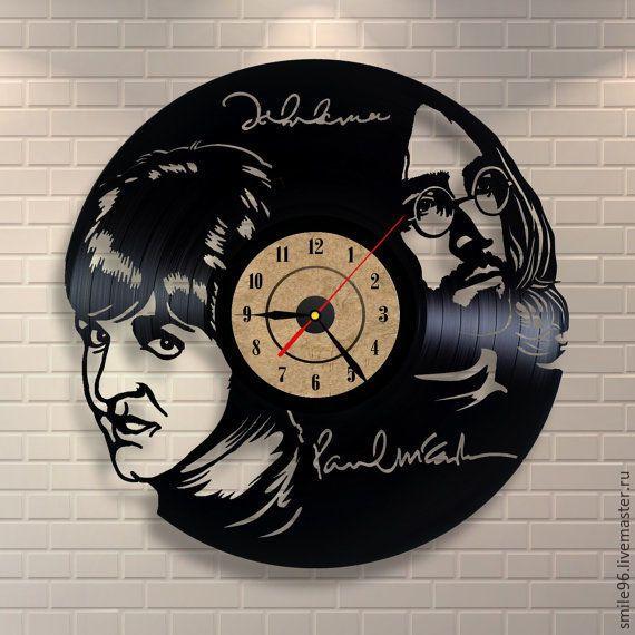 Купить или заказать Часы из пластинки 'The Beatles' в интернет-магазине на Ярмарке Мастеров. Часы делаются из старых виниловых пластинок. У каждого изделия своя история, своё настроение и чтобы его передать полностью мы сохраняем родную упаковку пластинки. Для надежной транспортировки, часовой механизм пакуется отдельно, прикрепить его не составит особого труда. В упаковку вкладывается лист фанеры для максимальной защиты изделия.