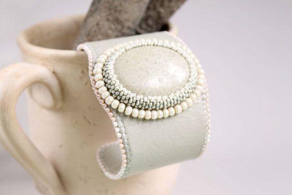 Polsino bracciale ricamato, perline gioielli, fossil bracciale di perline ricamo orecchini corallo, beige