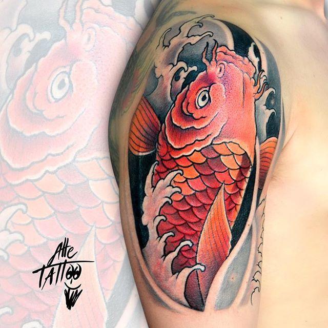 La carpa koi significa buona #fortuna e buon auspicio. Secondo la #leggenda infatti la #carpakoi è in grado di risalire le #cascate del #Fiume #Giallo per diventare un #dragone #alletattoo #tattoo #tatuaggi #freehand #happyalletattoo  #japanese #giappo #guinness