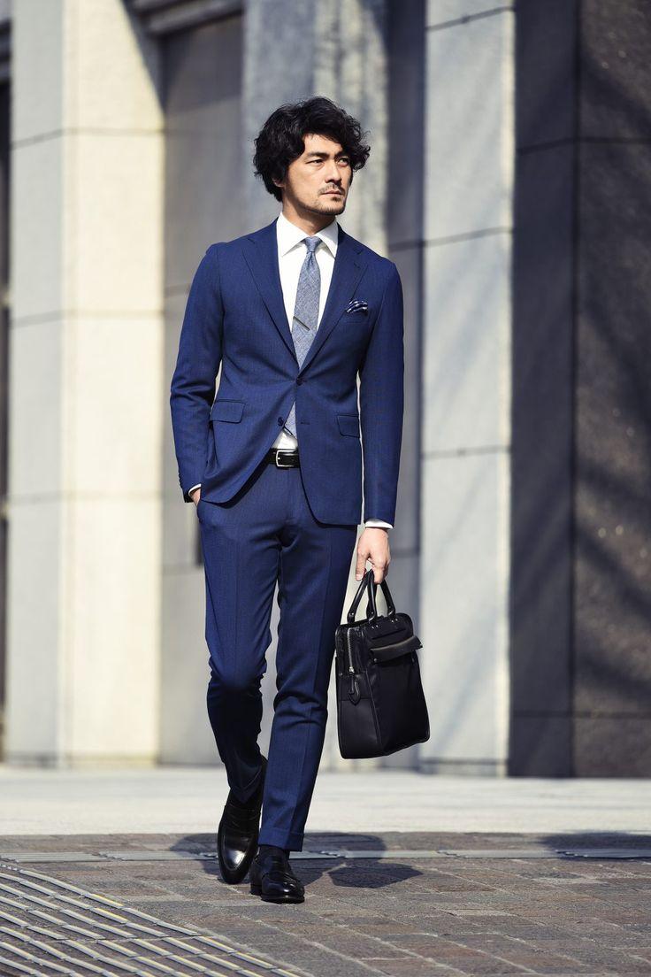 ビジネススタイルにおいてはもちろんのこと、オフスタイルにおいても存在感を増すスーツやジャケットを使った着こなし。素材や仕立て、シルエット、そしてコーディネートによって表情豊かなスタイリングを楽しみたい。リアルで都会的なドレスアイテムに定評のある人気セレクトショップ「ÉDIFICE(エディフィス)」から展開されるスーツ、テーラードジャケットをはじめとしたアイテムの数々は、この春旬なコーディネートにうってつけだ。今回は総合商社から、IT、金融、メーカーなど幅広い業界において都心で活躍するビジネスマンに集まって頂き、リアルな声を交えながら注目の着こなしを紹介!  スーツの着こなしについて語り合い大いに盛り上がる、東京で活躍するビジネスパーソンの皆様。 シアサッカースーツスタイル×ÉDIFICE シアサッカーのセットアップスーツにインナーに合わせたのはギ…