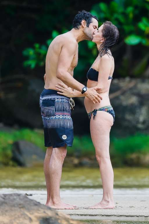 Celebrity beach cruising 2016:     Kristen Wiig showed off her bikini body while making out with her new beau, writer-actor Avi Rothman... - GSI