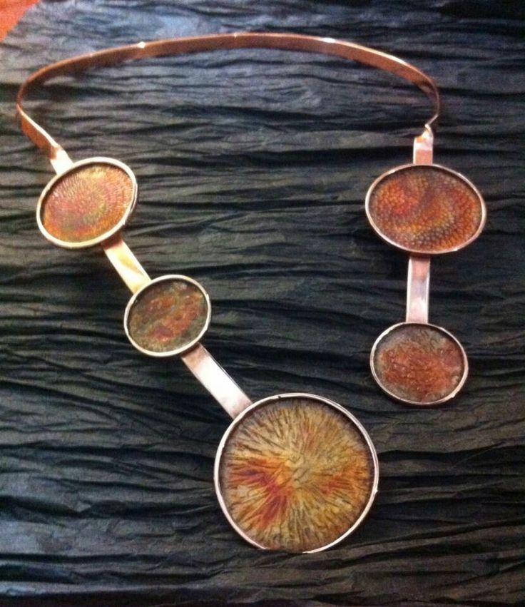 Collar de cobre. Esferas con bisel, y diferentes texturas y pátinas.