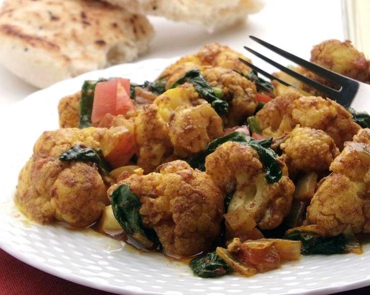 O bhaji de espinafres e couve-flor é um acompanhamento Indiano que combina na perfeição com a maioria das receitas Indianas mas não só. É uma receita vegetariana preparada com espinafres frescos e couve-flor, alem de um conjunto de ervas aromáticas que lhe proporcionam um sabor único mas completamente delicioso. Esta receita de bhaji de espinafres e couve-flor é um extraordinário acompanhamento para a omelete à Indiana ou mesmo para acompanhar o muttar paneer.  Preparação: 10 minutos…
