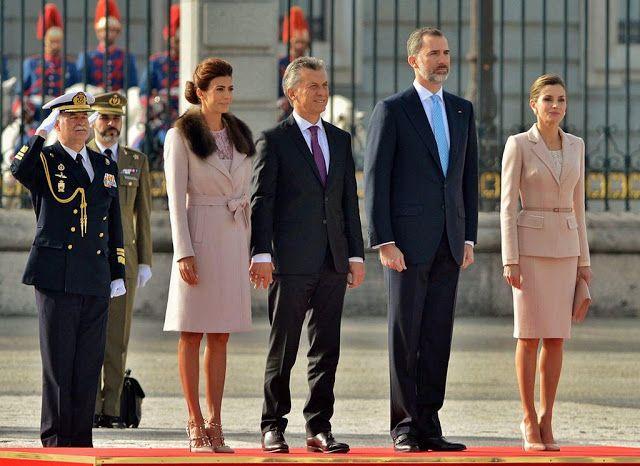 Macri fue recibido por el rey de España y dio un breve discurso en el Parlamento español El presidente Mauricio Macri y la primera dama Juliana Awada fueron recibidos con honores militares por los reyes de España Felipe VI y Doña Letizia en el Palacio Real de Madrid al inicio de su visita de Estado al país ibérico. Actualidad