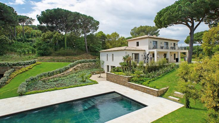 Dans un des quartiers les plus prisés de Saint-Tropez, superbe villa de 410 m², décorée dans un style moderne contemporain, comprenant une grande salle de réception, une chambre de maître et six autres chambres avec salles de bains ensuite. La grande piscine chauffée, arborée d' un magnifique jardin complanté d'essences méditerranéennes de 5 445 m² avec un helipad, offre un environnement relaxant idyllique et un endroit parfait pour profiter de la vue mer. Située dans un domaine privée avec…