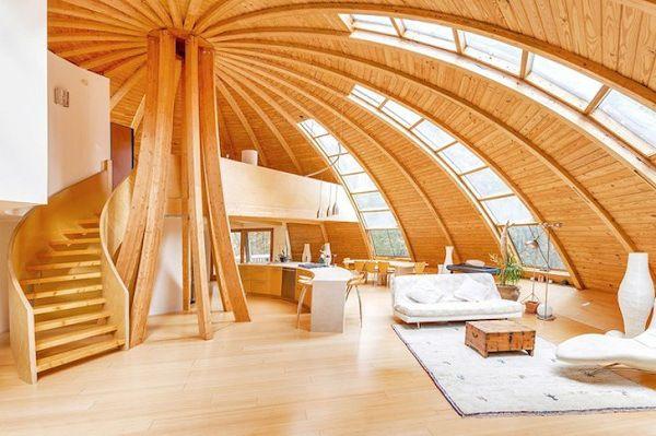 Casa com domo de madeira redondo aproveita luz natural em todos os ângulos