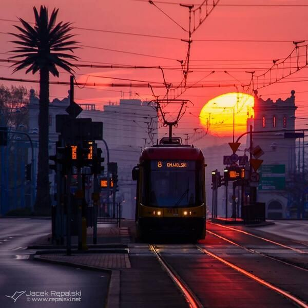 Sunrise in #Warsaw. Photo: Jacek Rępalski
