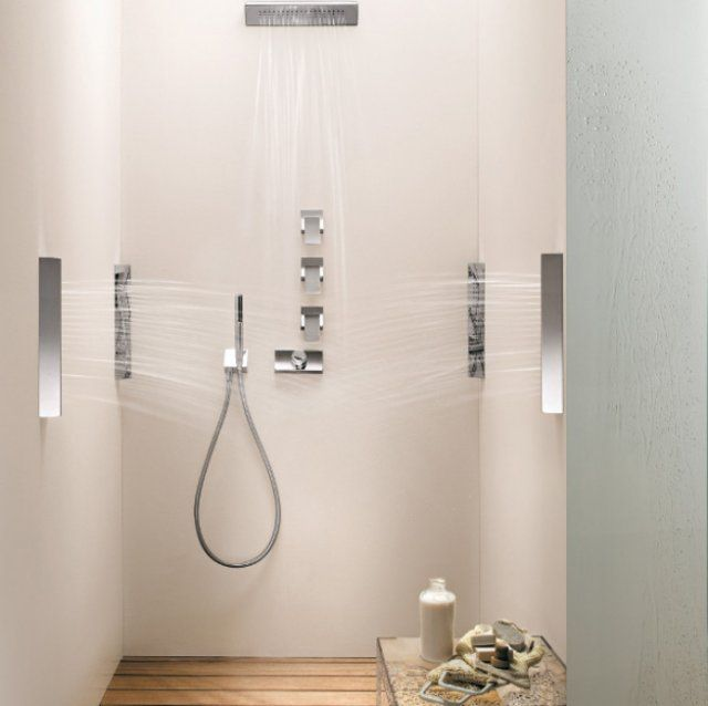Douche à l'italienne avec jets de massage sur les côtés dans la salle de bain