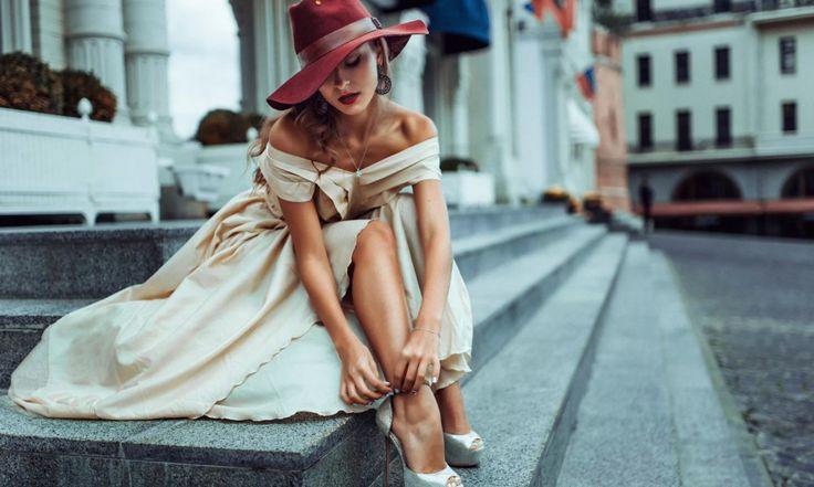 Что такое настоящий британский стиль? Это и непререкаемая строгая классика, и бунтарская мода улиц, и невинная свежесть лондонского сада. Примерим на себя чисто английские образы, чтобы выглядеть как истинная леди! Леди Классика Скромность и отличное качество – вот ключевые моменты образа настоящей англичанки. Примерьте платье из шерсти приталенного силуэта без излишнего декора, тренчкот или пальто, […]