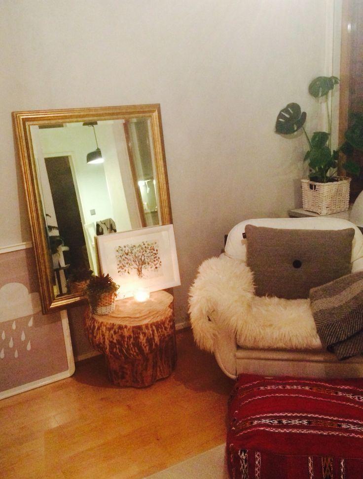 Relaxing corner. #livingroom #leather #armchair #maroccan #pouf #hay #pillow #mirror #interior #skandinavianstyle #mixed #treestump #treestumptable #plants