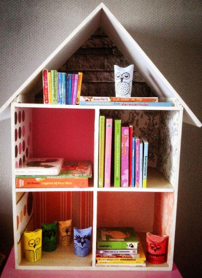 Een poppenhuis gemaakt met restjes hout bij een doe-het-zelf-winkel. Deze geschilderd en vervolgens de wanden voorzien met leuke behangetjes uit een oud behangboek.