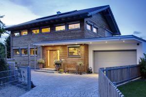 Moderne Fertighäuser überzeugen mit toller Architektur, hochwertigen Materialien, präziser Konstruktion und einer kurzen Bauzeit