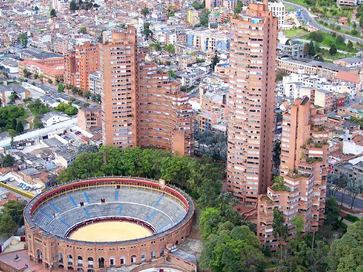 Torres del Parque y la plaza de toros Santa María en Bogotá.