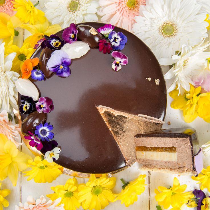 Bergamot Mousse, un tort realizat in editie limitata si special creat pentru perioada primaverii, fiind un cadou perfect pentru persoanele dragi.  Acest tort reprezinta combinatia perfecta dintre mousse-ul de Bergamota (o floare puternic aromata), panna cotta de vanilie, lichior Cointreau, gem de caise si piersici si nu in ultimul rand blatul crocant de caramel si glazura cunoscuta sub numele de Butterscoth.   Pret: 190 lei.