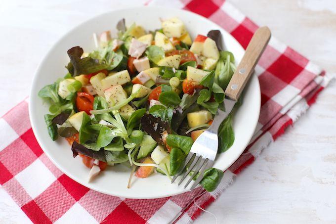 Weinig zin of tijd om in de keuken te staan of zoek je gewoon een lekkere salade voor bij het avondeten? Maak dan eens deze maaltijdsalade met kip.