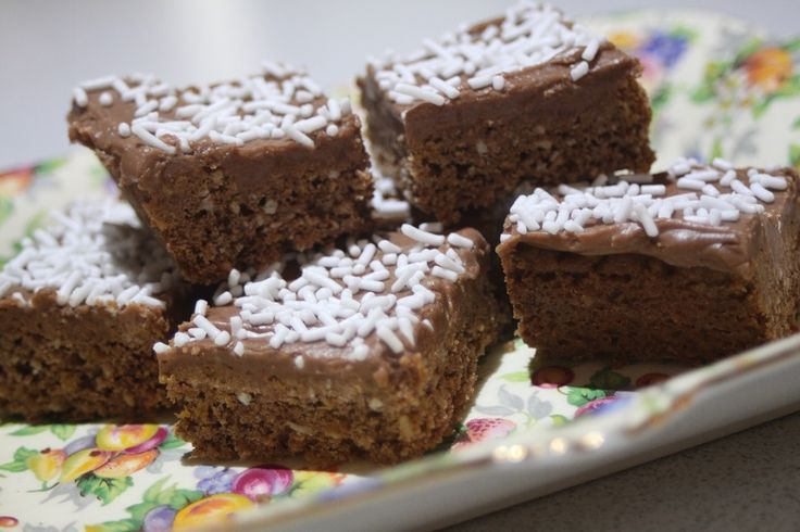 I wanted something new for school lunches this year, so after looking at some recipes we already have on our site, I tweaked our 5 second chocolate slice and came up with this chocolate crunch slic...