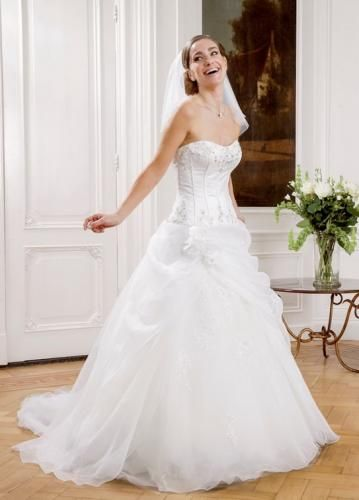 Igen Szalon Modeca wedding dress - Renera #igenszalon #Modeca #weddingdress #bridalgown #eskuvoiruha #menyasszonyiruha #eskuvo #menyasszony #Budapest