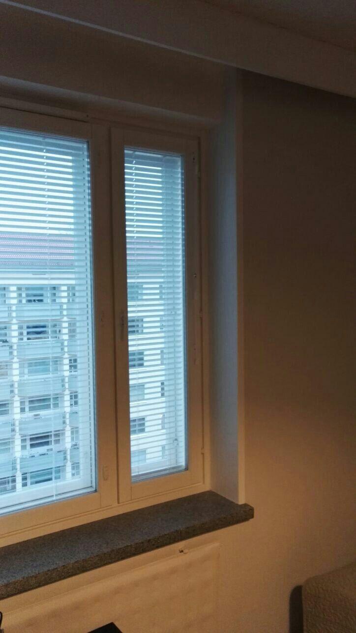 """Ikkunasyvennys sai uuden maalin, tartuntapohja-, sekä kalustemaalin. Ikkunan viereen tuli """"kehykset"""" ikkunalaudan kanssa samaan linjaan."""