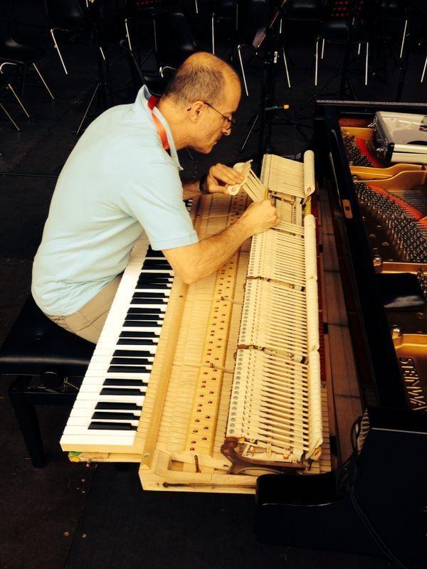 Twitter / OrchestraOFT: #festivalmozart ultimi ritocchi al pianoforte per i Concerti k467 e 488 con GabrieleCarcano. A presto!