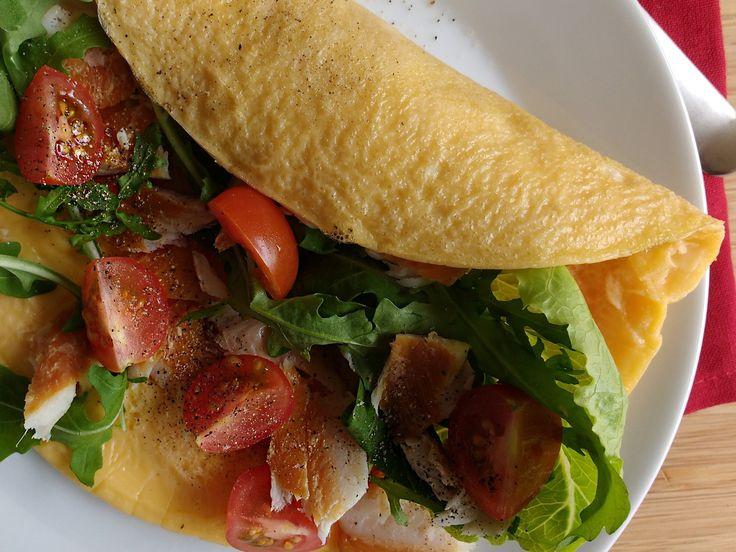 Deze heerlijke wrap omelet met forelsalade maakte ik van een geklutst eitje! Gewoon twee minuten klutsen, dat is het hele 'geheim' van de egale gele kleur!