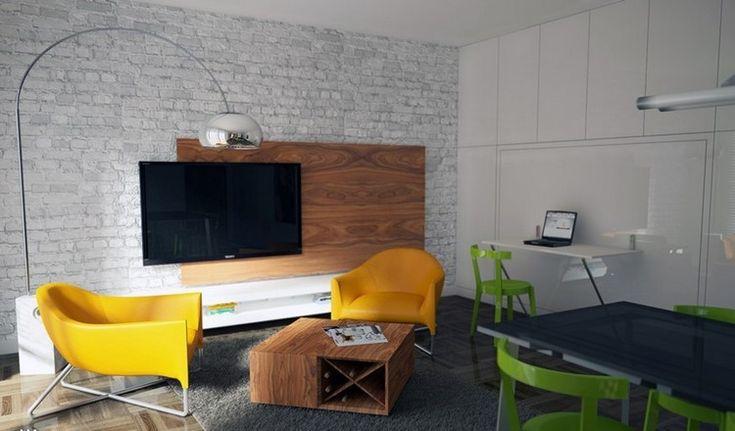Wandgestaltung in Ziegeloptik und Holzpaneele hinter Fernseher