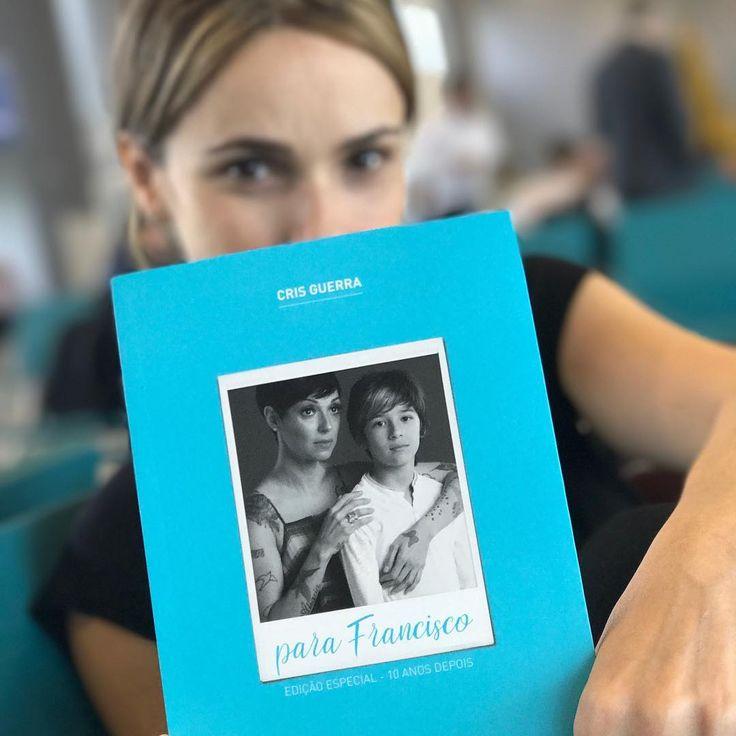 """74 curtidas, 7 comentários - Débora Falabella (@deborafalabellaoficial) no Instagram: """"Acabei de receber da querida Cris Guerra @hojevouassim, essa edição linda de 10 anos do livro Para…"""""""