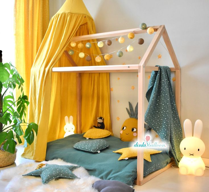 Soft, softer, Dinki Balloon Soft-Kollektion! Mit den super fluffigen, vorgewaschenen, bügelfreien und handgemachten Textilien aus Musselin-Baumwolle wird der Alltag zum Genuss – hier in den Trendfarben honiggelb/grün. Passend dazu gibt es die zauberhaften Aquarell-Wandsticker von Dinki Balloon. Natürlich ohne PVC und Weichmacher. Alle Dinki Balloon Produkte werden in Deutschland hergestellt. #DinkiBalloon #Kinderzimmer #Kidsroom