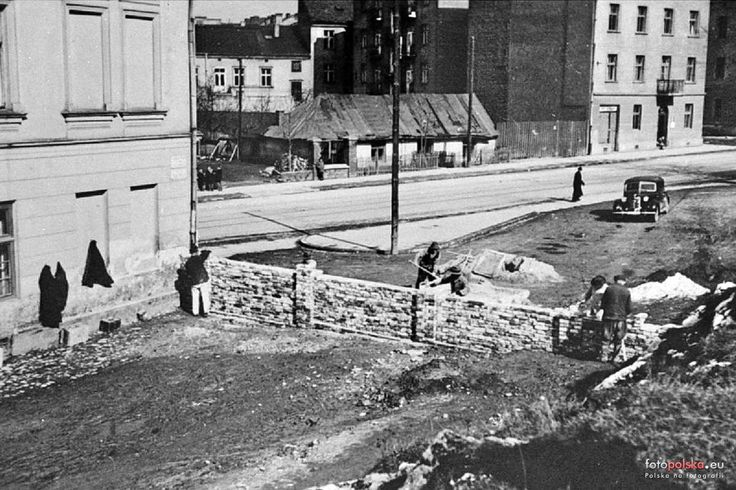 1941 , Budowa muru oddzielającego ulicę Rękawka od Limanowskiego.