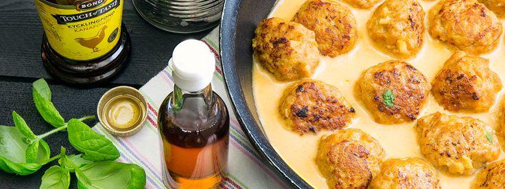 Heta och goda kycklingfärsbullar med röd chili. Serverade i ljuvlig sås med kokosmjölk, lime, fisksås, Kycklingfond och röd curry. Förföriskt gott!