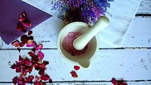 Cukier różany (cukier z płatków róż)