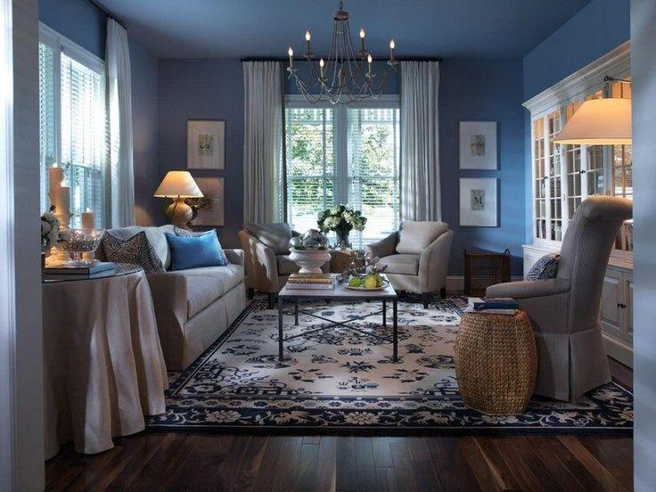 table basse style industriel en bois massif et métal dans le salon avec une peinture murale bleue